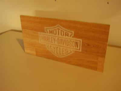 Harley-Davidson logo op laminaat plank